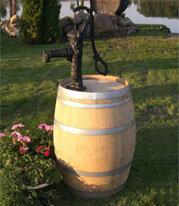 wijnvat regenton met nostalgische handpomp